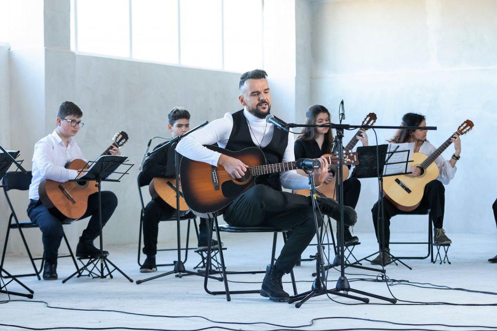 Запис от песента на Владимир Ампов -Графа Химера и младежкия китарен оркестър